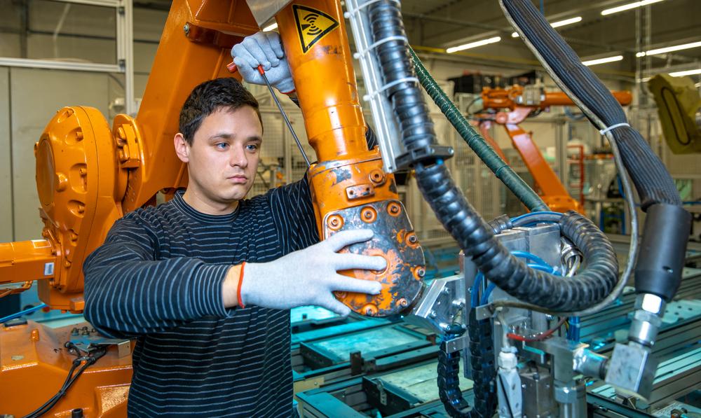 Demontaż maszyny w fabryce